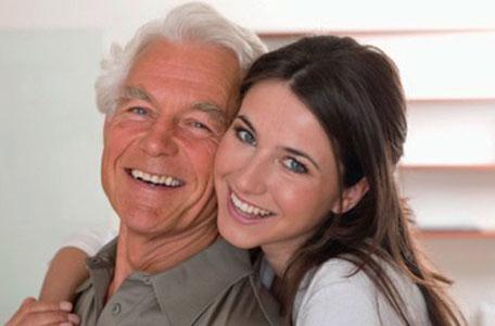 Trâu già thích gặm cỏ non vì quá đam mê tình yêu